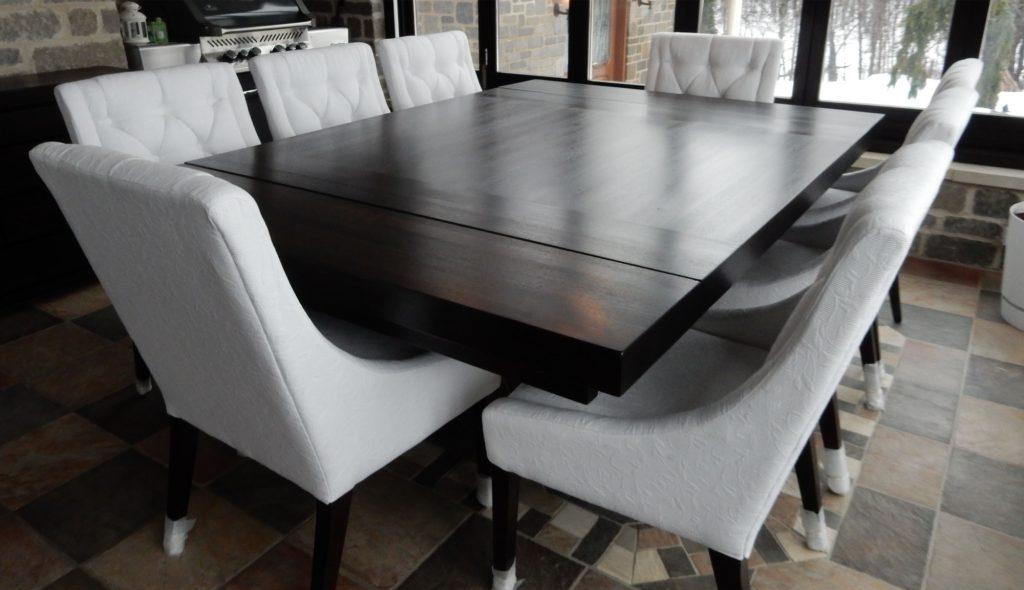 """Table carrée en Noyer massif au format 61"""" x 61"""" x 3"""" sur quatre pieds  carrés 6"""" sous tablier, double extension extérieurs 12 1 4"""" sur glissière  Dion en ... 98880744d311"""