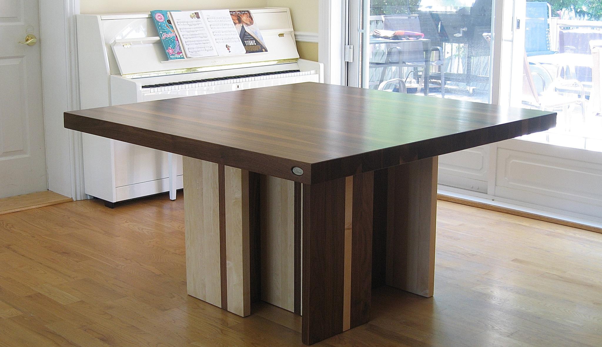 Table carré en bois composé