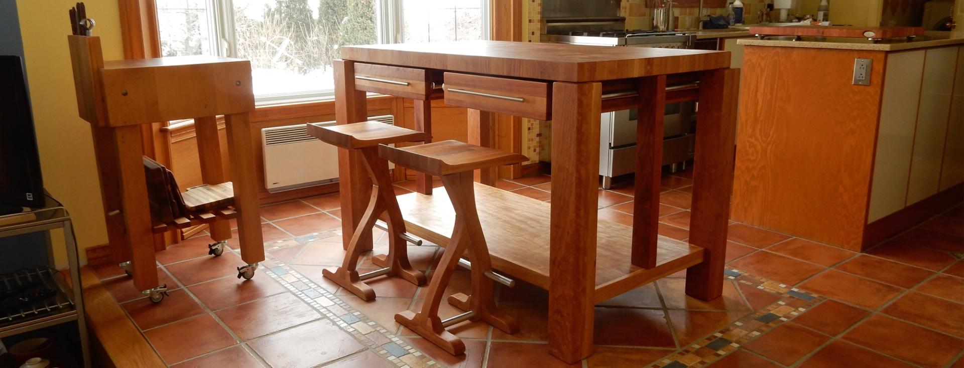 Table, comptoir, bloc de boucher et ilôt en bois massif